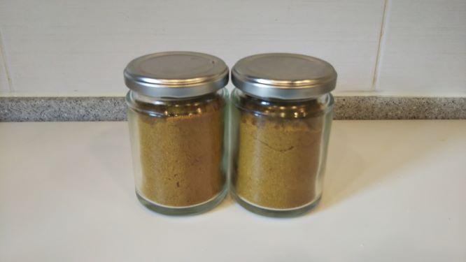 ジャムの空き瓶2つに入れたカレー粉