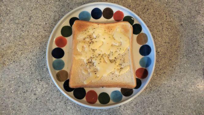 マジョラムをかけたチーズトーストの様子