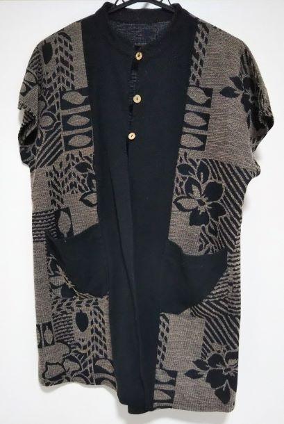祖母のロングベストの様子。黒を基調とした南国調な織物。
