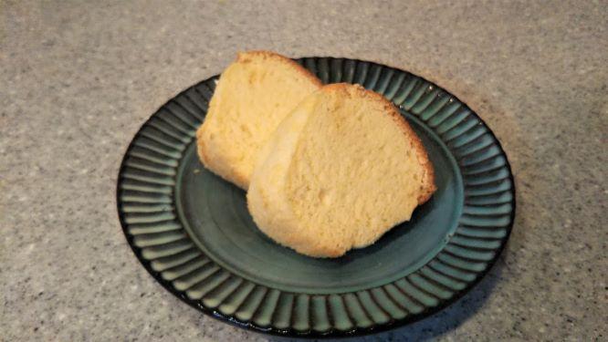 切り分けたシフォンケーキの断面の様子(フワフワできめ細かいです)