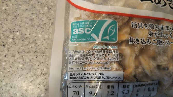 冷凍のあさりのパッケージにあるASC認証マーク。青緑色に魚のマークが書かれています。