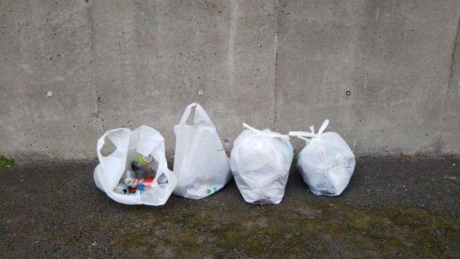 拾ったゴミの様子。燃やすゴミ2袋と、燃やさないごみ1袋、要分別のゴミ1袋。