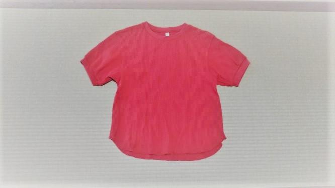 ユニクロの赤のワッフルクルーネックTシャツの様子