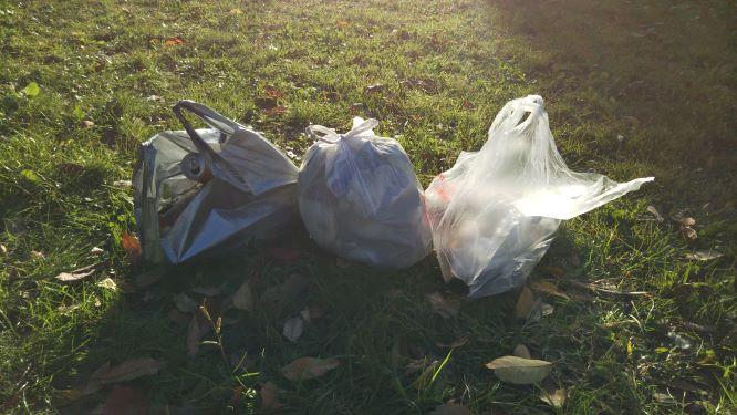 拾ったゴミの様子。燃やすゴミレジ袋2つ分と要分別のゴミレジ袋1つ分。