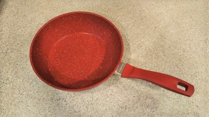 フレーバーストーンのディープパンの様子。板厚で赤色。