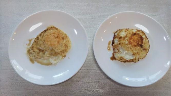 卵の裏の焼き色の様子。フレーバーストーンのものは全体的に均一に、古いフライパンのものは端に焦げがあります。