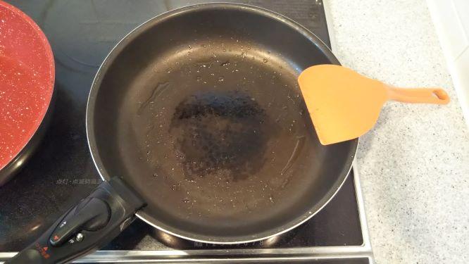 古いフライパンの使用後の様子。油が残っているので、このあと洗いました。