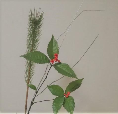 松の枝と赤い実のついた枝(千両)の様子