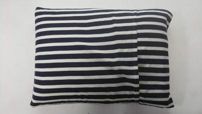 枕カバーの裏の様子。合わせた布の間から枕を出し入れできるようになっています。