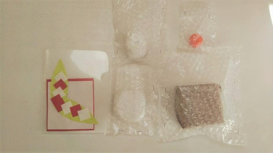 手作り鏡餅を分解して袋やファイルに入れた様子