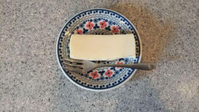 チーズケーキをお皿にのせた様子。
