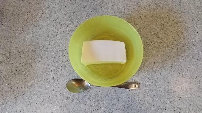一人前に分けられたレアチーズの様子
