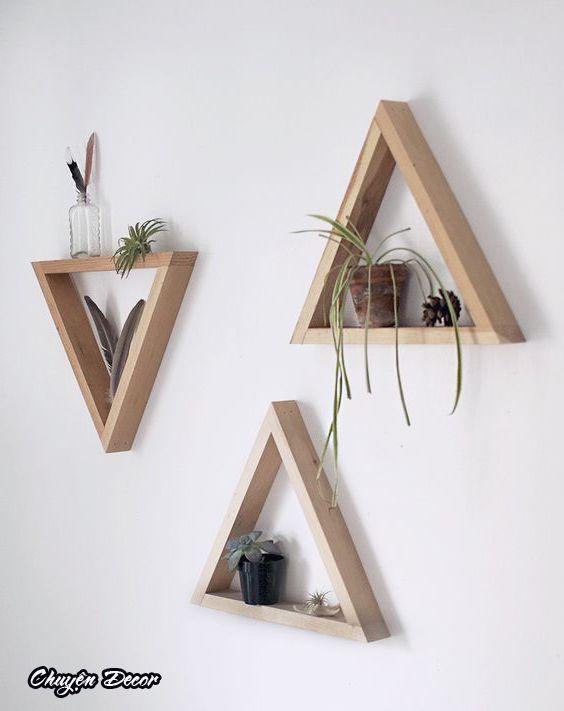 木製の壁掛け棚の三角形