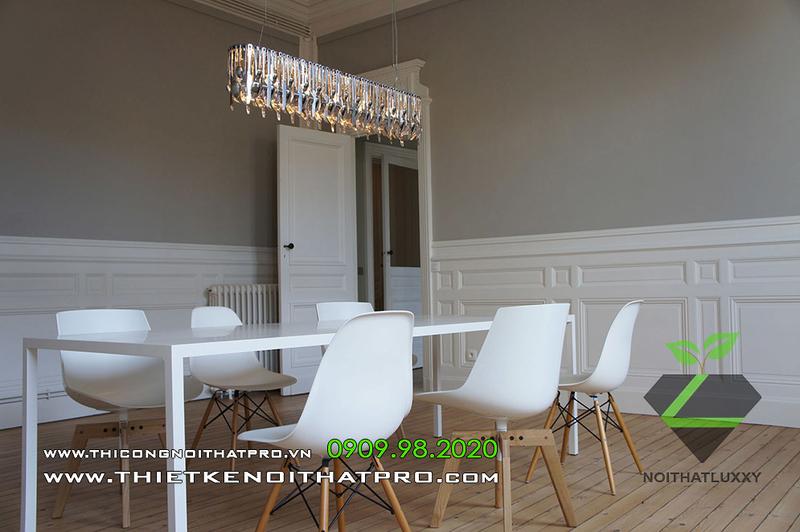 新古典主義とモダンなスタイルのアパートのインテリアの洗練されたブレンド