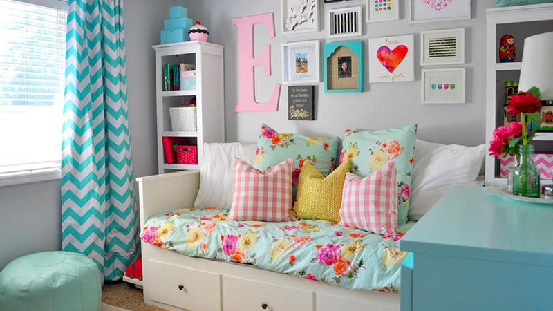 多くの機能を備えたスマート家具。ソファーベッド、折りたたみ式テーブルと椅子、引き出し付きベッド...