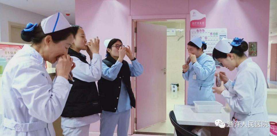 新型コロナウィルス肺炎を予防するため、漢方薬を飲む医療従事者たち