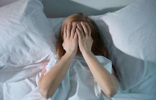 ウィルソン病の症状には、不眠症がある