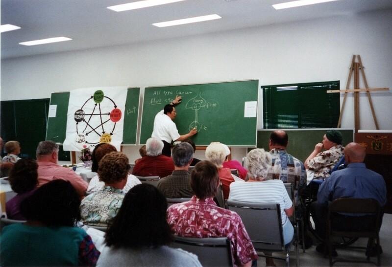 倪海厦(ニハイシャ)先生の授業している画像