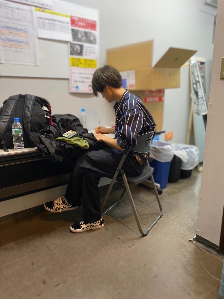 ライブ前も何かを必死に書いている颯。いつも考えの斜め上を行っているので、颯の考えは勉強になります/Photo by 八村倫太郎