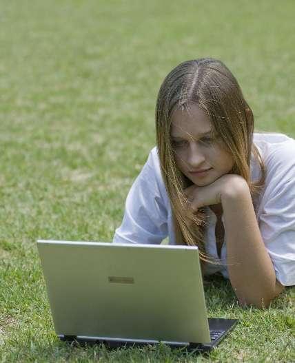 PCを見て悩む女性