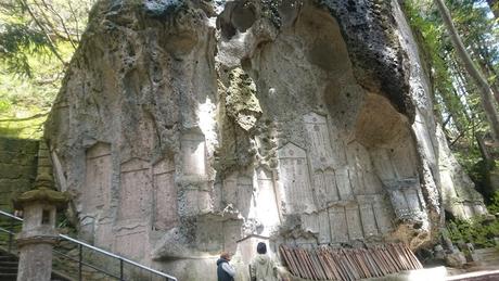 岩壁に彫られた墓石