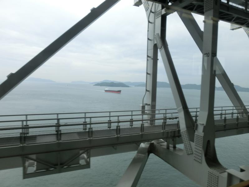 瀬戸大橋からタンカーをのぞむ