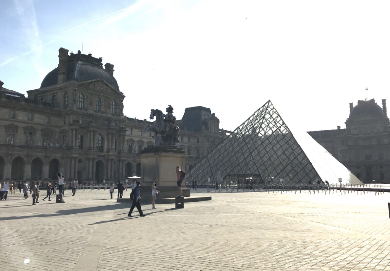 ルーブル美術館ピラミッド中央口