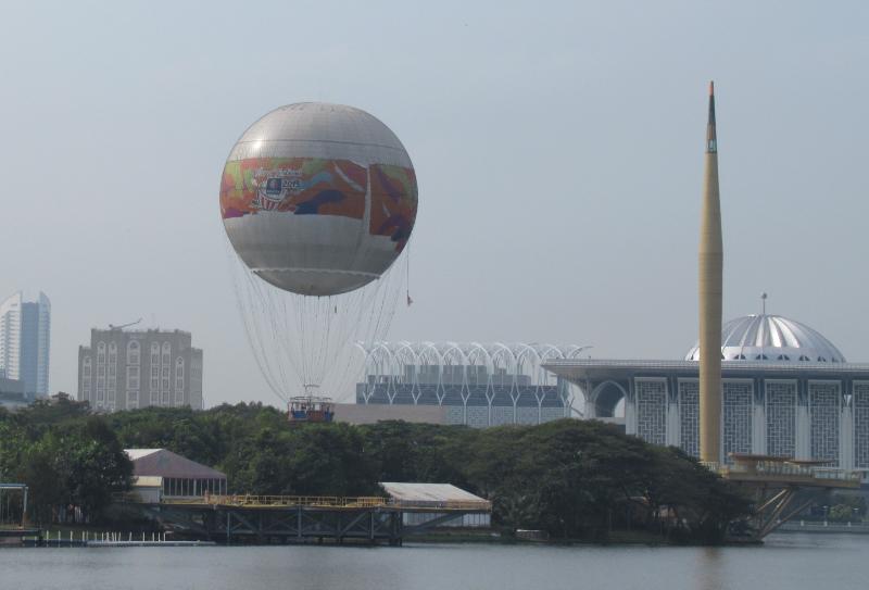 気球とミレニアムモニュメント