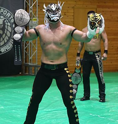 タイガーのマスクを持ったエル・デスペラード