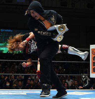 タイチがインターコンチのベルトで内藤哲也をぶん殴る