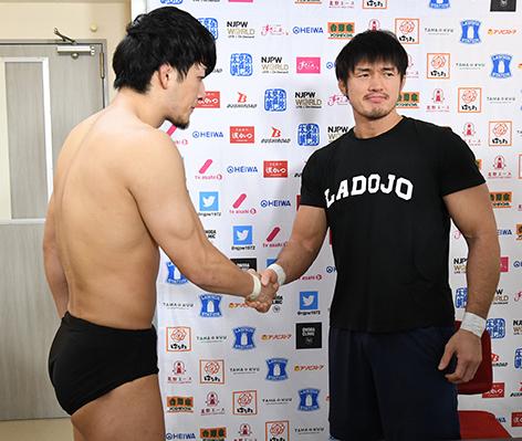 柴田勝頼と成田蓮の握手