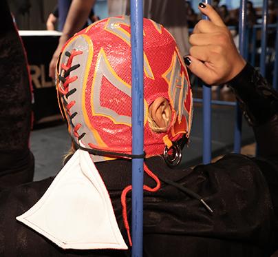 BUSHIのマスクの紐が鉄柵に結び付けられている図