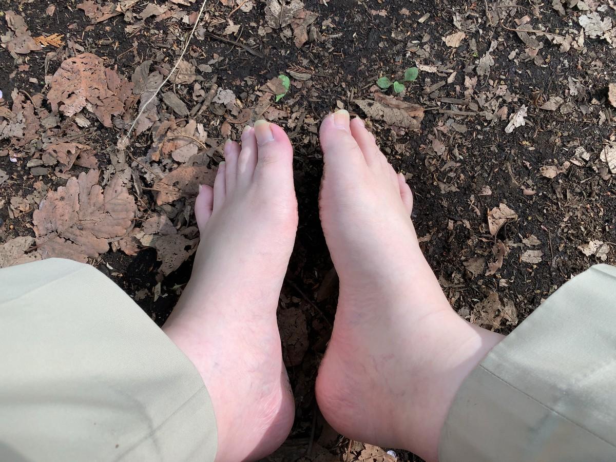 公園で裸足