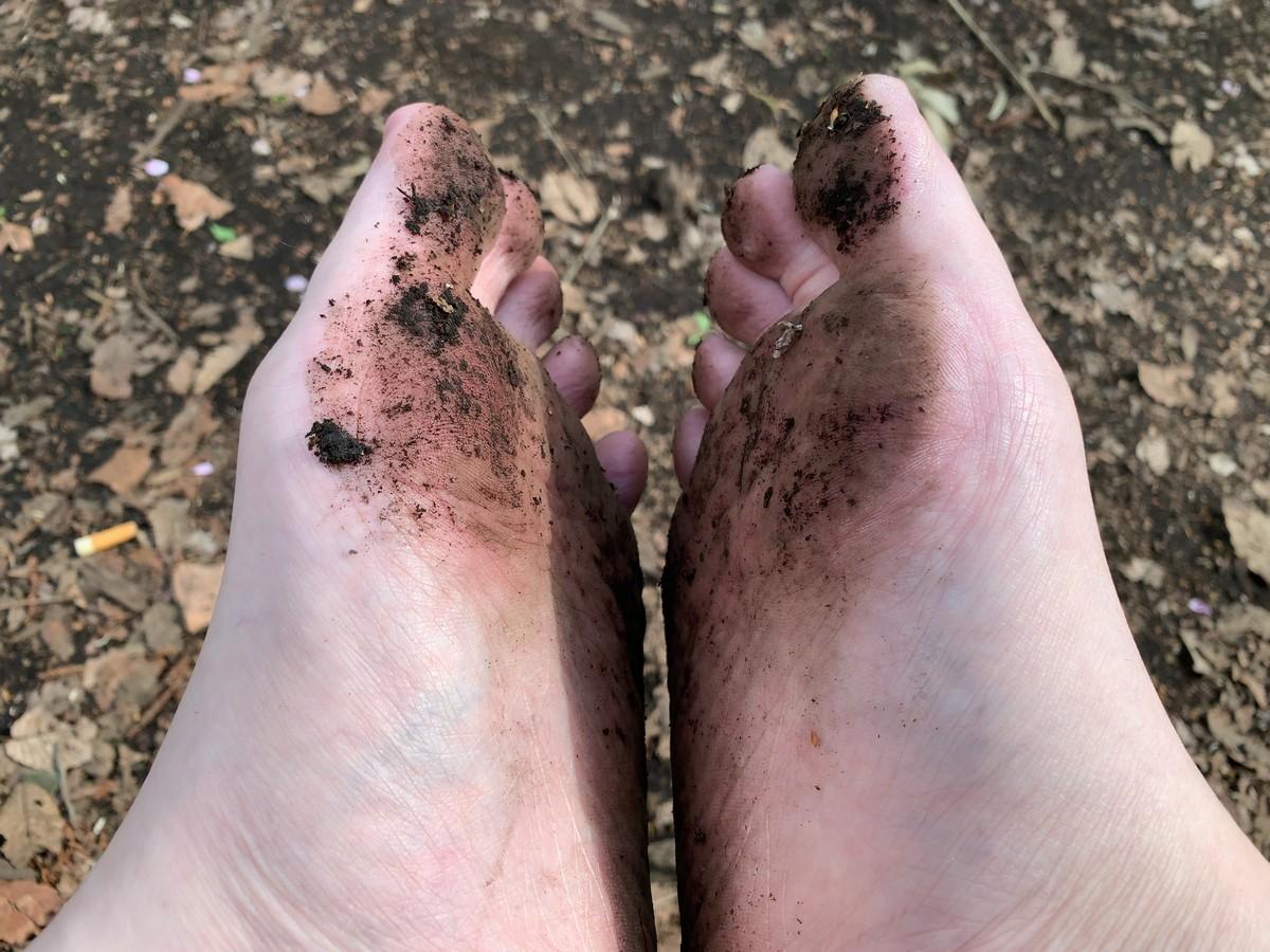 土で汚れた足裏