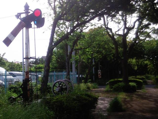 腕木式信号機と車輪(蛇松緑道)