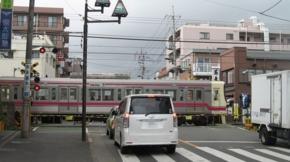 No.10 (府中市)分倍河原京王線踏切:西向き(2011/04/09撮影)