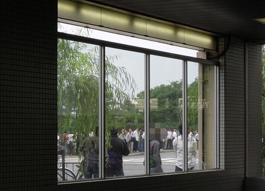 叡電出町柳駅へ上がる階段から振り返ると、そこには…(6:30頃)