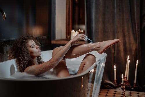 ぬるめのお湯に浸かって入浴する