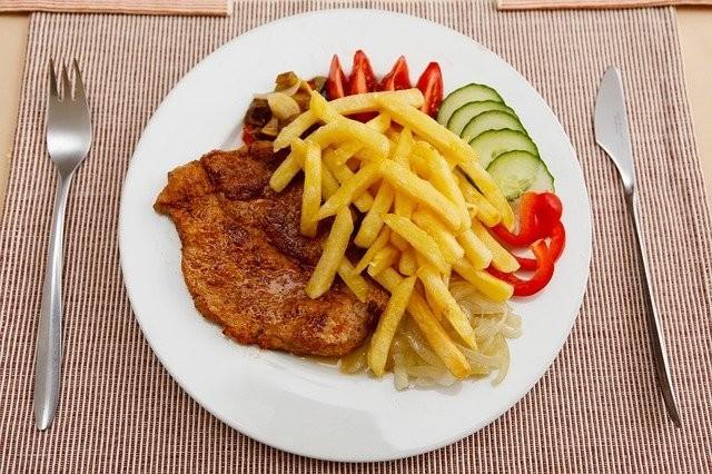 昼食は、肉料理か魚料理をしっかり食べる