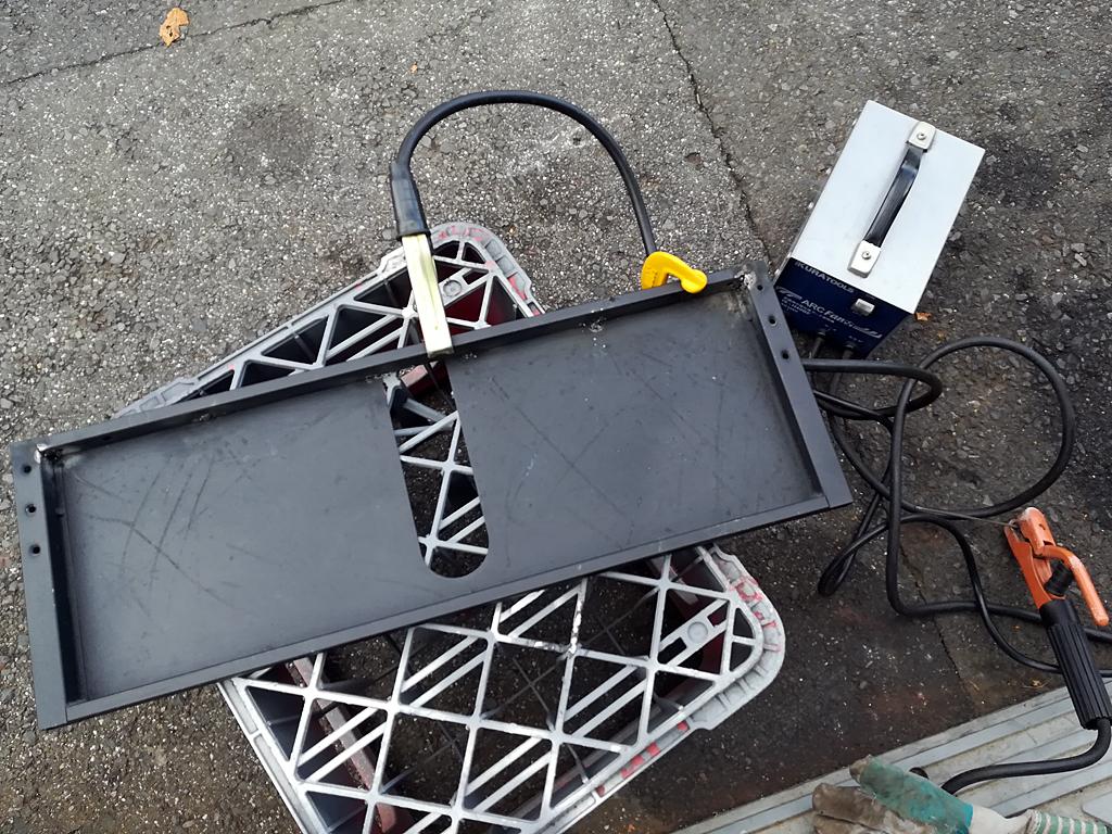 背面の鉄板を100ミリカットして角パイプを溶接