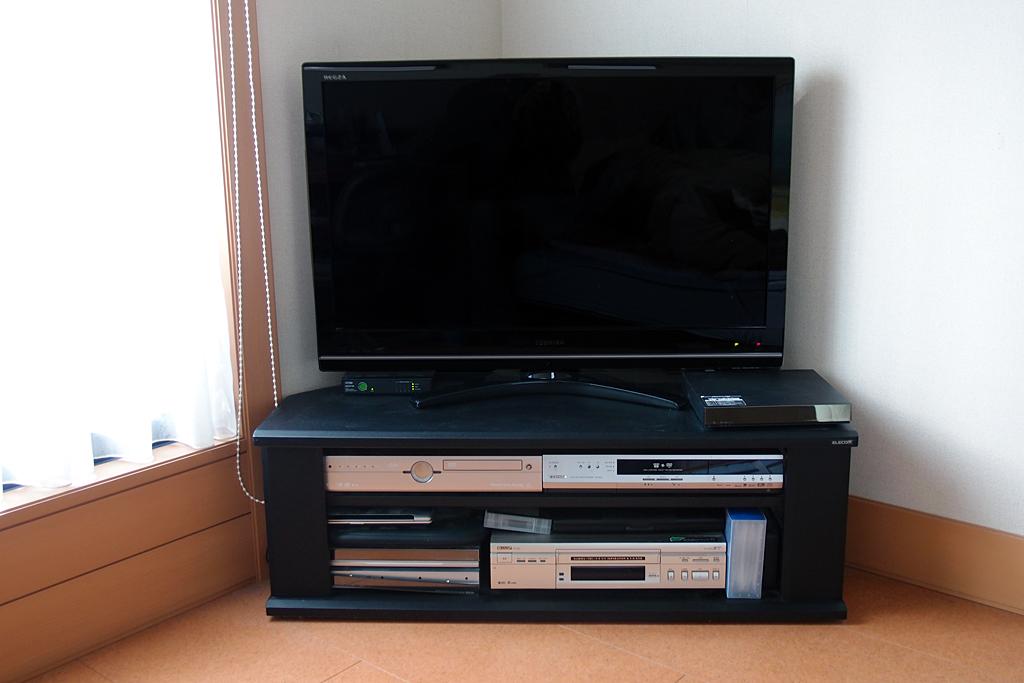 東芝製REGZA 37Z9000型とエレコム製テレビ台