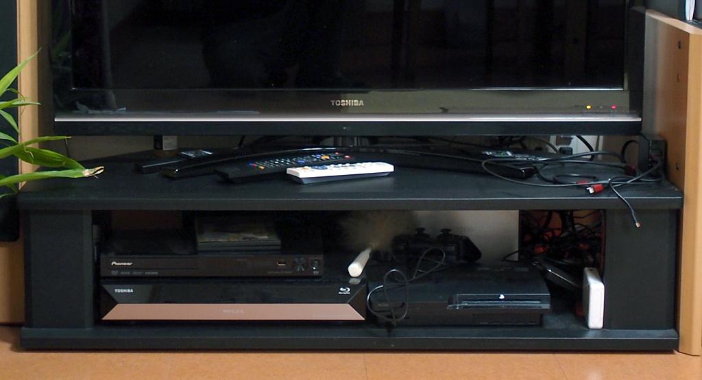 東芝製REGZA 42Z9000型とエレコム製テレビ台