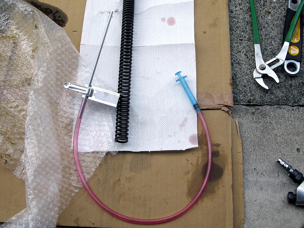 フロントフォークの油面量調整用ツール
