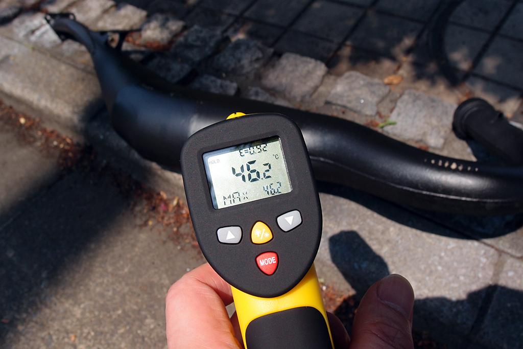 OXレーシング製チャンバーの表面温度を赤外線レーザー温度計で計測