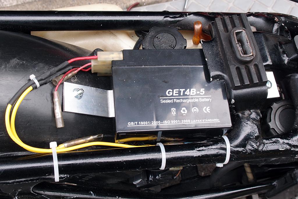 バッテリーはスクーター用を流用