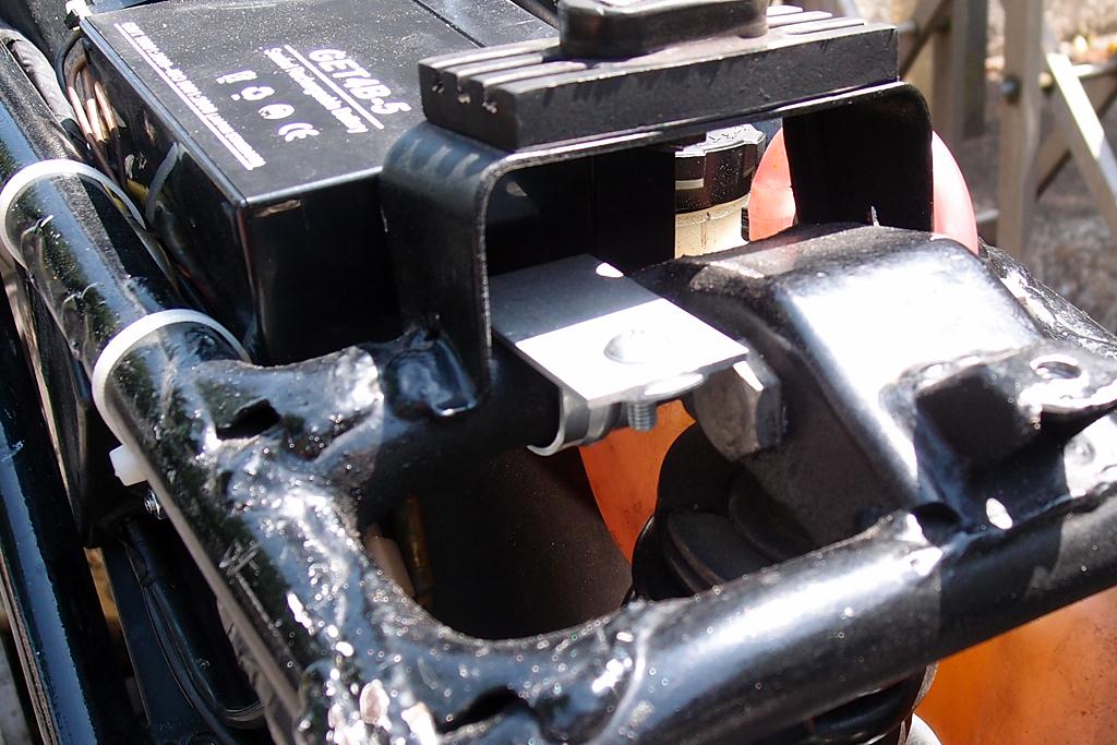 、配管用片サドルバンドでアルミ製フラットバーを固定