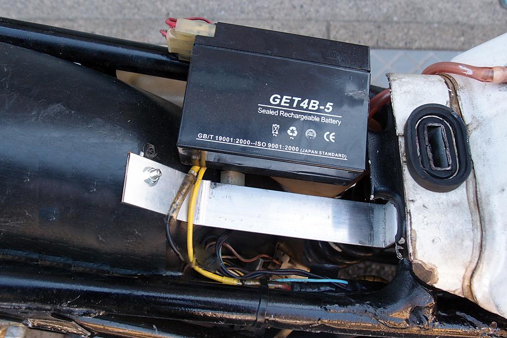 アルミ製フラットバーを利用したバッテリー移設用ステー