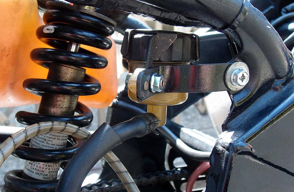 オイルカップの向きを替え鉄製フラットバーに変更