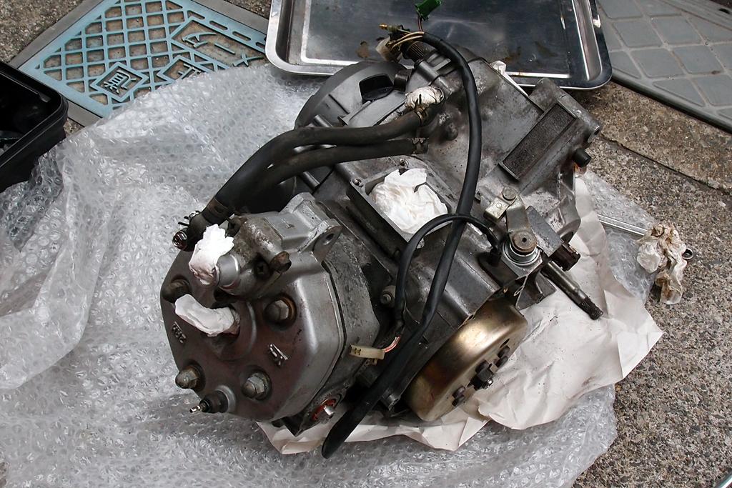 落札した中古2RMエンジンを掃除