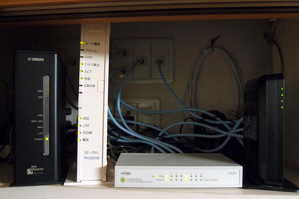 ネットワーク用機材左からRT56V、PR-S300SE、SW08GTX2W、WR8750N